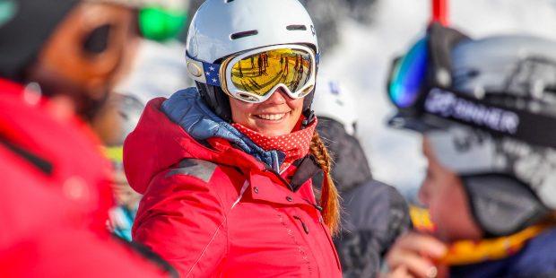 Een skileraar zonder helm, nog van deze tijd?