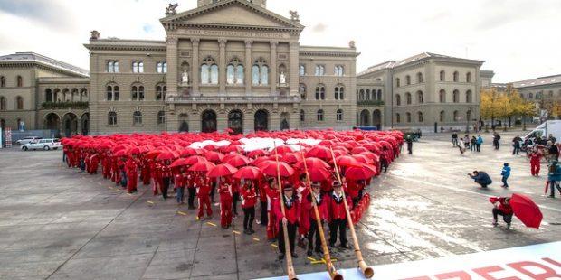 Paraplu choreografie door 500 skileraren in Bern