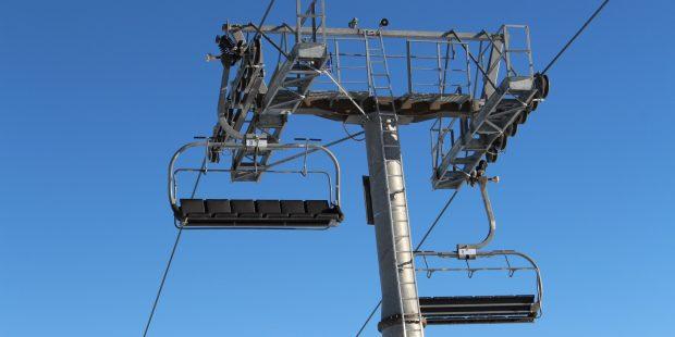 Skileraar mogelijk aangeklaagd voor te laat sluiten liftbeugel