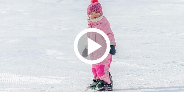 Lynn (2) haar beide ouders geven snowboardles, dit is het resultaat