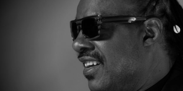 Stevie Wonder treedt op tijdens herdenking overleden skileraar