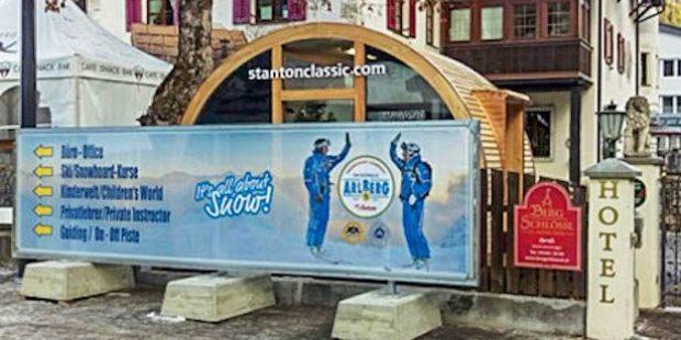 Skischule Arlberg plaatst reusachtig bord voor deur concurrentie