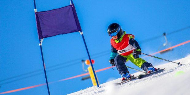 De spanning van de skischool wedstrijd