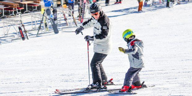 Op skiles of van papa leren skiën?