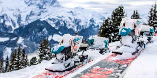 Skileraar Niels stelt zijn ski's aan je voor
